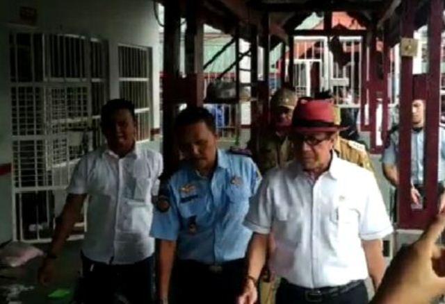https: img-z.okeinfo.net content 2019 05 13 340 2055263 pemicu-kerusuhan-rutan-siak-menkumham-minta-tahanan-perempuan-dipindah-tLn95uQyvZ.jpg