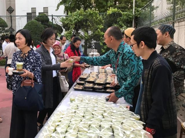 https: img-z.okeinfo.net content 2019 05 14 18 2055614 masyarakat-internasional-nikmati-kuliner-khas-indonesia-saat-bukber-di-seoul-FD5hhItrSk.jpg