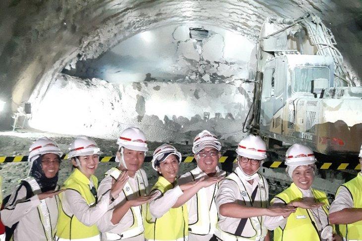 https: img-z.okeinfo.net content 2019 05 14 320 2055487 terowongan-kereta-cepat-di-walini-tersambung-pUe9kYxYWF.jpg
