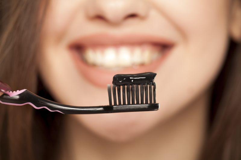 https: img-z.okeinfo.net content 2019 05 14 481 2055589 perhatikan-2-hal-ini-sebelum-beli-pasta-gigi-mengandung-arang-FoVs6CWe8Z.jpg