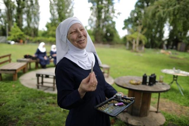 https: img-z.okeinfo.net content 2019 05 16 18 2056538 rahasia-suami-terungkap-membuat-christine-menjadi-biarawati-dan-berbisnis-ganja-0LaMcsXFaY.jpg