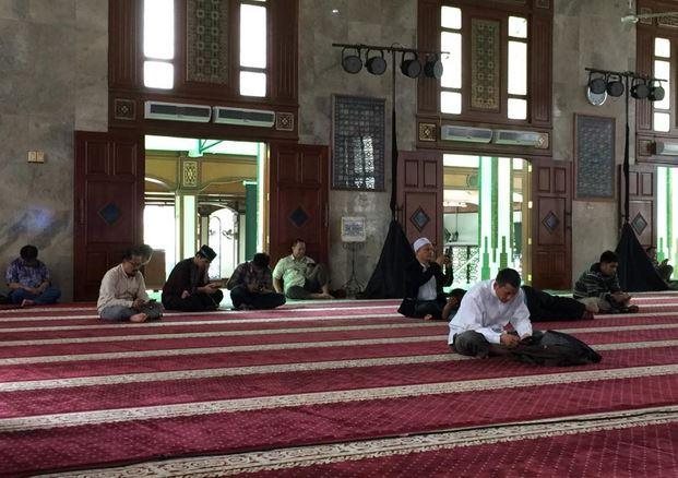https: img-z.okeinfo.net content 2019 05 17 338 2057171 masjid-agung-sunda-kelapa-gelar-itikaf-akbar-di-malam-nuzulul-quran-dan-27-ramadan-EICFeUwVMM.JPG