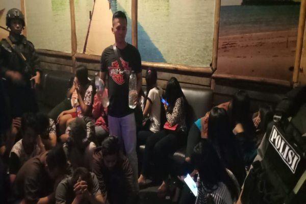 https: img-z.okeinfo.net content 2019 05 17 512 2056919 30-orang-terjaring-razia-di-tempat-karaoke-solo-CN3u24hjIM.jpg