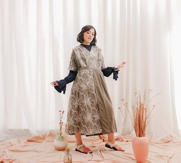 https: img-z.okeinfo.net content 2019 05 18 194 2057444 kombinasi-batik-modern-inspirasi-baju-lebaran-ala-ify-alyssa-czFfAielfW.jpg