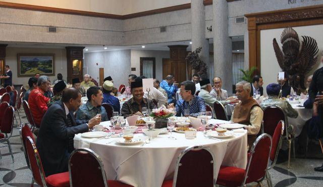 https: img-z.okeinfo.net content 2019 05 18 337 2057431 dubes-ngurah-swajaya-bukber-dengan-pejabat-singapura-tokoh-agama-s6vIuvJIY8.jpg