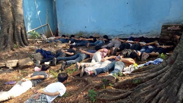 https: img-z.okeinfo.net content 2019 05 18 338 2057381 polisi-tangkap-sejumlah-remaja-diduga-gangster-yang-beraksi-di-jaksel-ULfECU1Ef1.jpg