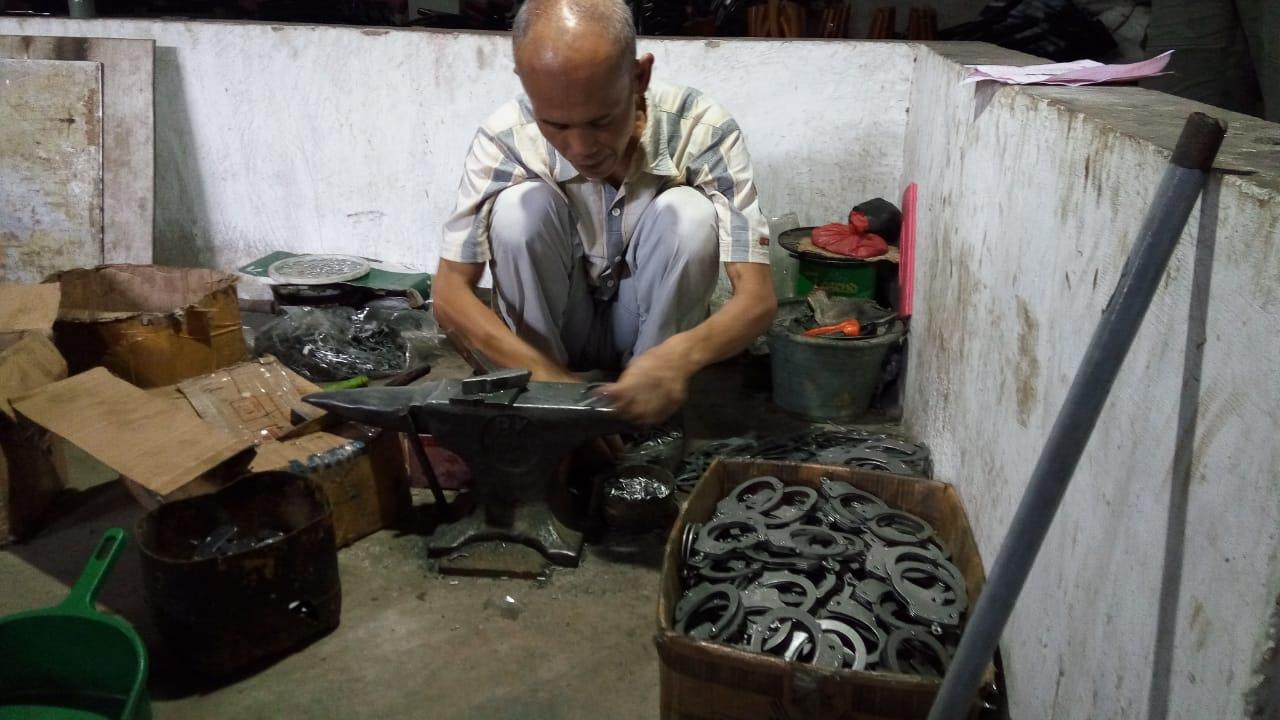 https: img-z.okeinfo.net content 2019 05 19 320 2057557 digempur-produk-china-perajin-logam-ini-tetap-eksis-cetak-omzet-rp50-juta-bulan-tTzM0ZPQeR.jpg