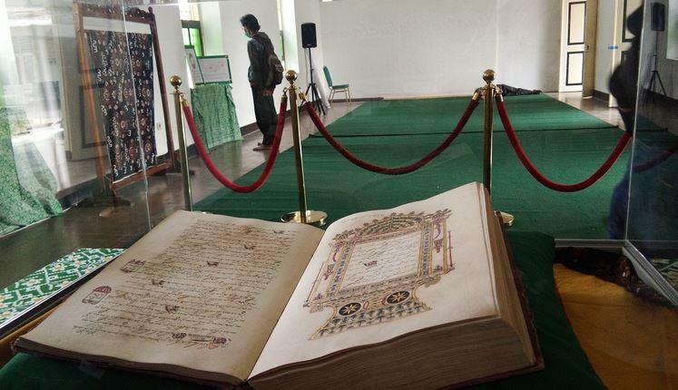 https: img-z.okeinfo.net content 2019 05 19 510 2057547 manuskrip-alquran-koleksi-pura-pakualaman-berusia-ratusan-tahun-dipamerkan-NNaOgyQdjE.JPG
