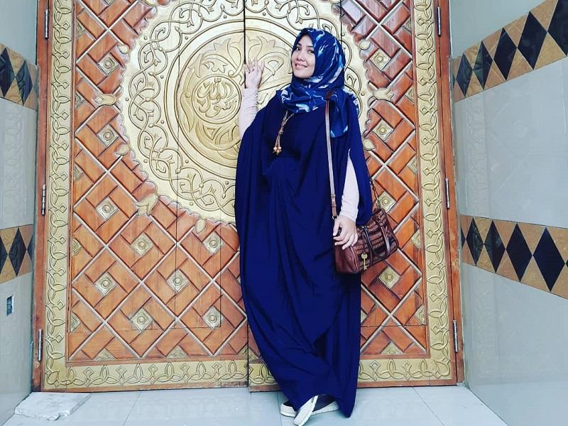 https: img-z.okeinfo.net content 2019 05 19 617 2057532 5-penampilan-hijab-mira-zayra-tetap-modis-dan-awet-muda-j5t3r6Cc42.jpg