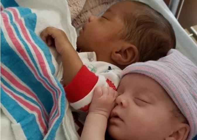 https: img-z.okeinfo.net content 2019 05 20 481 2057761 curhatan-ibu-yang-punya-anak-kembar-beda-warna-kulit-BHtH06tAB9.jpg