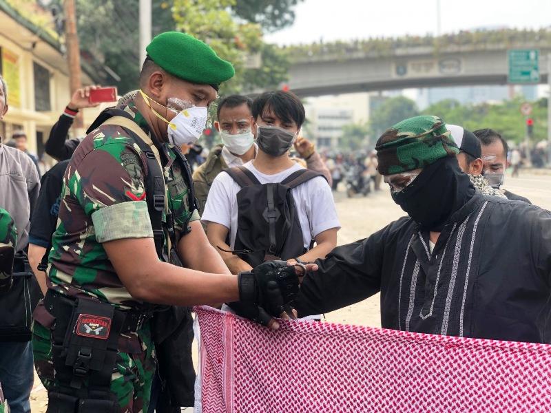https: img-z.okeinfo.net content 2019 05 22 337 2058859 melihat-lebih-dekat-lokasi-kerusuhan-22-mei-ada-potret-mengharukan-tni-dan-massa-aksi-b5XQ3VKUIp.jpeg
