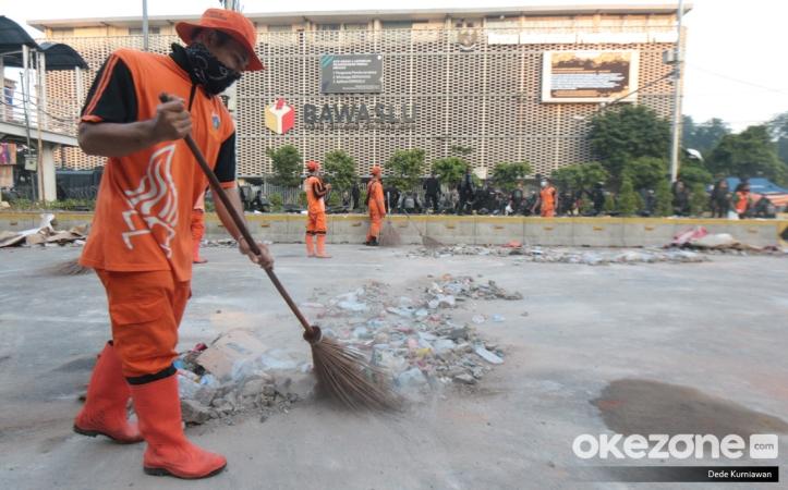 https: img-z.okeinfo.net content 2019 05 23 337 2059346 potret-pasukan-oranye-bersihkan-sampah-sisa-bentrok-di-depan-gedung-bawaslu-2I1Rgo2YX8.jpg