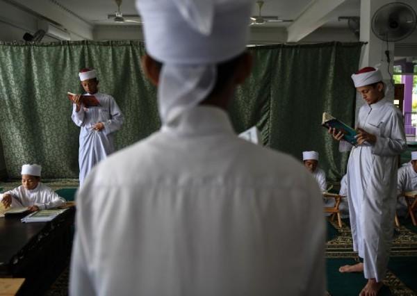 https: img-z.okeinfo.net content 2019 05 24 18 2059883 malaysia-kirim-petugas-yang-menyamar-untuk-mata-matai-muslim-yang-tidak-berpuasa-gih2SIPGaD.jpg