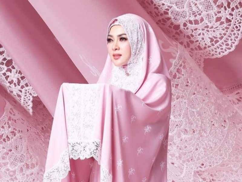 https: img-z.okeinfo.net content 2019 05 25 194 2060301 seperti-bidadari-syahrini-tampil-cantik-berbalut-mukena-merah-muda-qnDFZHPGNK.jpg