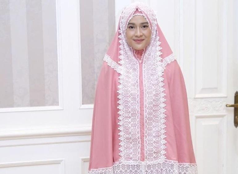 https: img-z.okeinfo.net content 2019 05 26 194 2060535 5-artis-ini-punya-bisnis-mukena-dan-baju-muslim-gatkfLzTiB.jpg