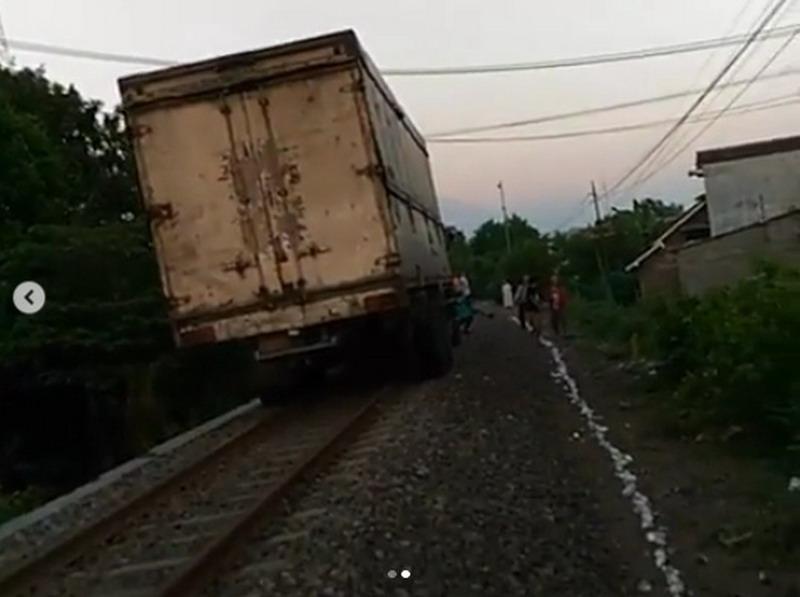 https: img-z.okeinfo.net content 2019 05 27 519 2060672 viral-truk-masuk-jalur-kereta-api-netizen-memang-angker-jalannya-mAF8n6zINl.jpg