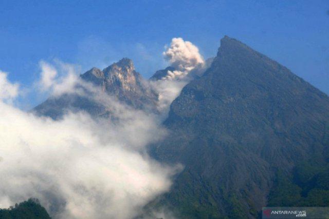 https: img-z.okeinfo.net content 2019 05 28 510 2061167 gunung-merapi-luncurkan-dua-guguran-lava-pijar-sejauh-500-600-meter-RHA5IzOjJf.jpg