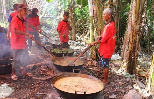 https: img-z.okeinfo.net content 2019 05 31 298 2062533 tradisi-masak-kolak-ayam-di-malam-ke-23-ramadan-oleh-masyarakat-gresik-pyu0w3Ye1z.jpg