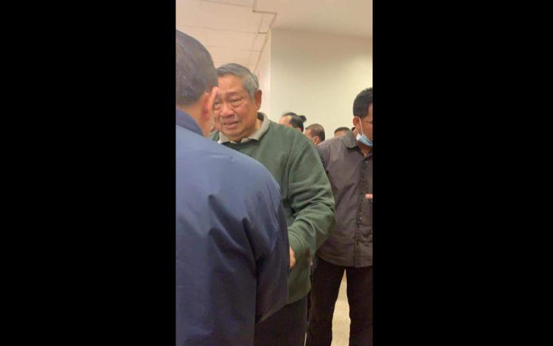 https: img-z.okeinfo.net content 2019 06 01 337 2062879 ani-yudhoyono-meninggal-beredar-foto-sby-tengah-menangis-bikin-netizen-haru-p0IDEMIND3.jpg
