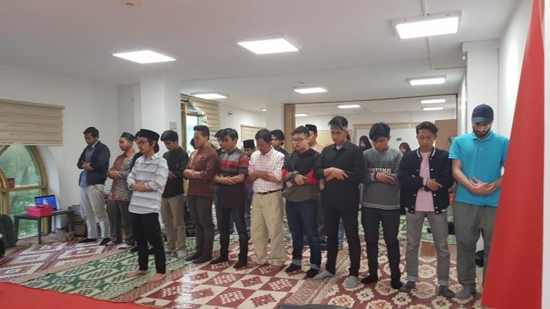 https: img-z.okeinfo.net content 2019 06 02 18 2063124 masyarakat-indonesia-di-istanbul-salat-ghaib-untuk-almarhumah-ani-yudhoyono-EYizPi5h8Q.jpg