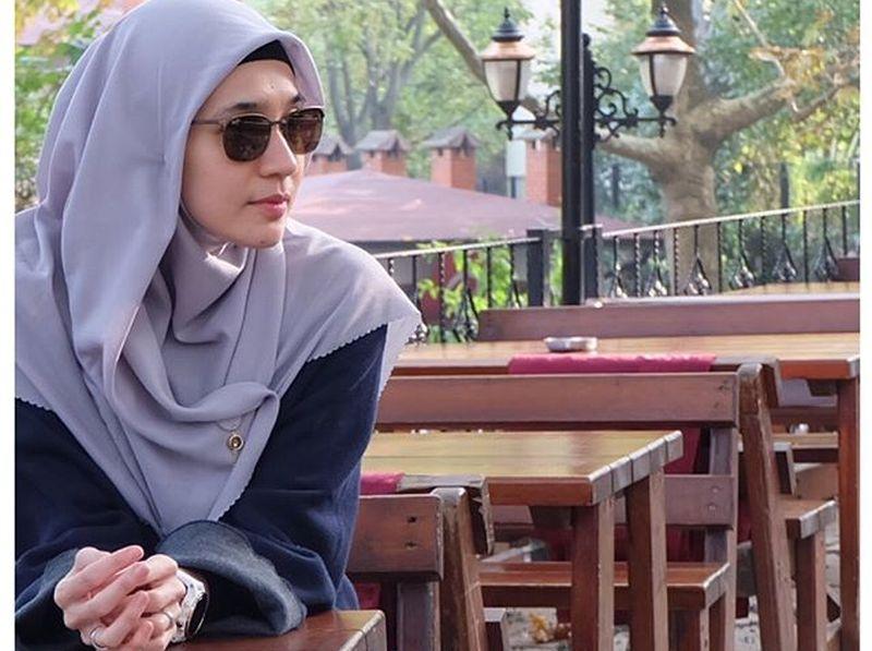 https: img-z.okeinfo.net content 2019 06 03 196 2063348 hijab-style-dhini-aminarti-untuk-lebaran-enggak-ribet-7kZ60sz6oF.jpg