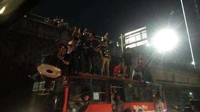 https: img-z.okeinfo.net content 2019 06 04 338 2063787 warga-takbir-keliling-hingga-naik-ke-atap-bus-di-tanah-abang-J7AFsie2gE.jpg