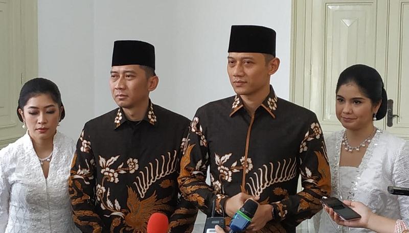 https: img-z.okeinfo.net content 2019 06 05 337 2063893 jokowi-sebut-ani-yudhoyono-flamboyan-ahy-kami-meneteskan-air-mata-tryVvYaaWk.jpg