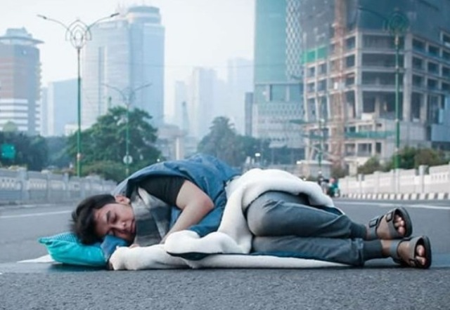 https: img-z.okeinfo.net content 2019 06 06 338 2064061 viral-warga-tidur-hingga-mandi-di-tengah-jalanan-jakarta-yang-sepi-9BqEYceZdY.jpg