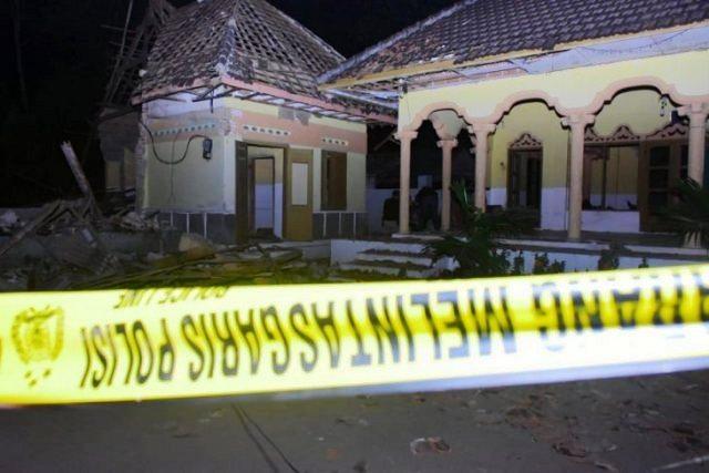 https: img-z.okeinfo.net content 2019 06 06 519 2064147 polisi-tahan-seorang-pelaku-terkait-ledakan-musala-di-blitar-5XxecjUpqf.jpg