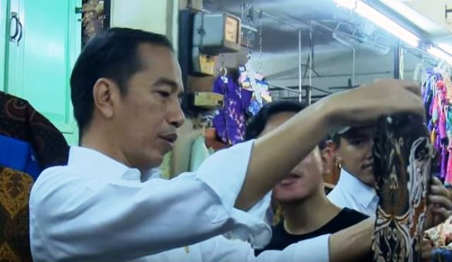https: img-z.okeinfo.net content 2019 06 08 337 2064536 presiden-jokowi-ajak-keluarga-belanja-batik-di-pasar-beringharjo-dLqUMzaXKA.JPG