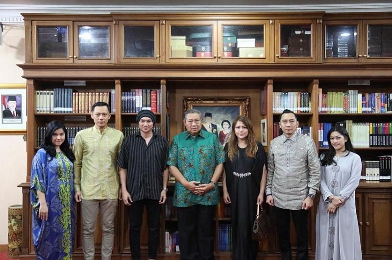 https: img-z.okeinfo.net content 2019 06 11 205 2065182 sby-minta-anji-buatkan-lagu-tentang-ani-yudhoyono-WahiTGUQeb.jpg