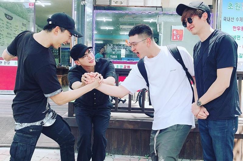 https: img-z.okeinfo.net content 2019 06 11 33 2065381 nickhun-hingga-taecyeon-2pm-antara-chansung-berangkat-wamil-DBYpR6gStV.jpg