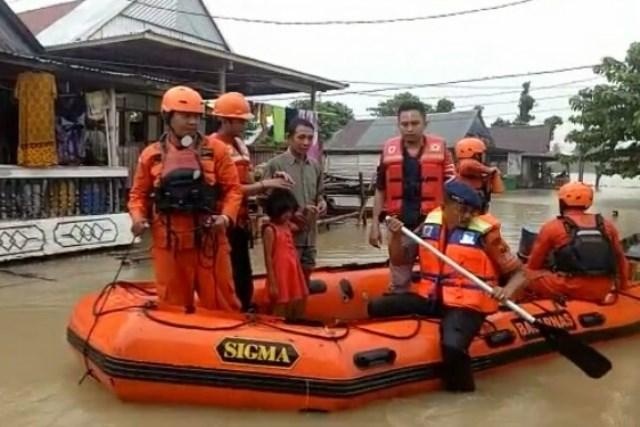 https: img-z.okeinfo.net content 2019 06 11 340 2065232 tim-sar-sisir-warga-terdampak-banjir-1-5-meter-di-wajo-sulsel-ZKCf0UWB2E.jpg