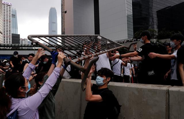 https: img-z.okeinfo.net content 2019 06 12 18 2065547 demonstrasi-ruu-ekstradisi-berlanjut-puluhan-ribu-orang-kepung-gedung-pemerintah-hong-kong-CfjyINlmki.jpg
