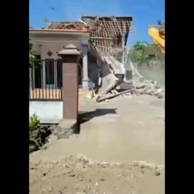 https: img-z.okeinfo.net content 2019 06 12 340 2065792 diduga-istri-selingkuh-pria-ini-rubuhkan-rumahnya-dengan-alat-berat-KAFtG0hIJk.jpg
