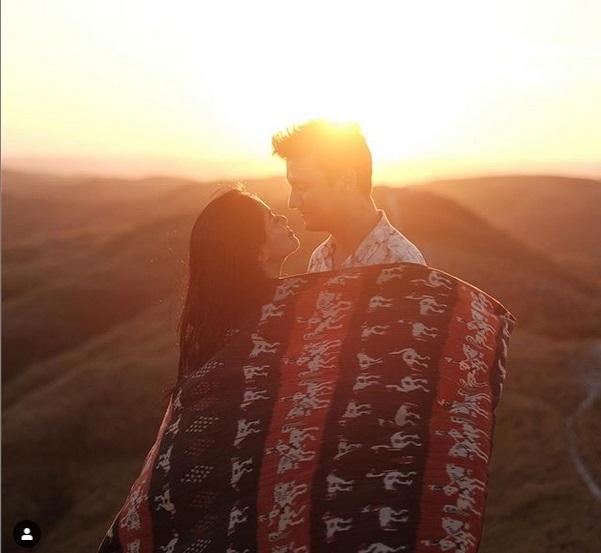 https: img-z.okeinfo.net content 2019 06 12 406 2065710 momen-romantis-titi-kamal-dan-christian-sugiono-liburan-di-sumba-F5qjXkHPtj.jpg