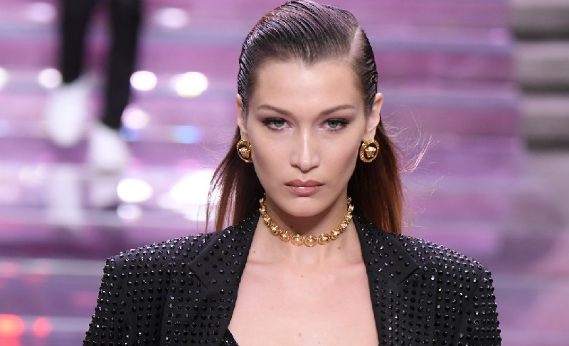 https: img-z.okeinfo.net content 2019 06 18 194 2067836 bella-hadid-tampil-modis-dan-seksi-dengan-lingerie-di-pagelaran-busana-versace-IawAq0YlV2.jpg