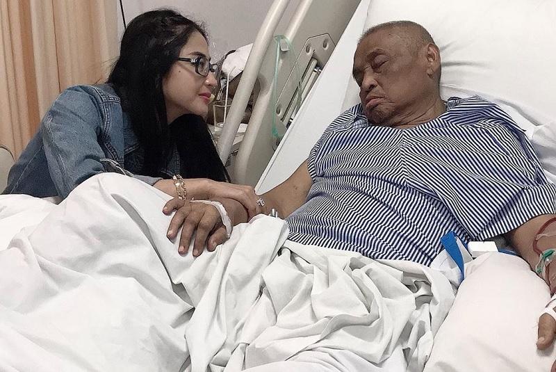 https: img-z.okeinfo.net content 2019 06 19 33 2068249 dewi-perssik-ungkap-penyesalan-terbesar-pasca-ayahnya-meninggal-nm6hfDp5vi.jpg