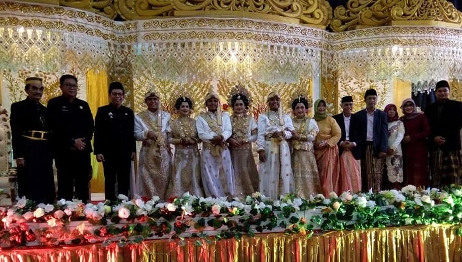 https: img-z.okeinfo.net content 2019 06 20 196 2068847 viral-3-pria-kembar-nikah-bareng-di-bulukumba-ReNMpnfEBU.jpg