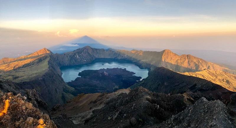 https: img-z.okeinfo.net content 2019 06 20 406 2068750 wacana-pemisahan-pendaki-non-muhrim-gunung-rinjani-kadispar-ntb-tidak-mungkin-KaH9aRFBRi.jpg