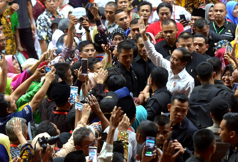https: img-z.okeinfo.net content 2019 06 20 470 2068830 jokowi-optimistis-sertifikat-tanah-seluruh-indonesia-selesai-pada-2025-GLWhF85EyO.jpg