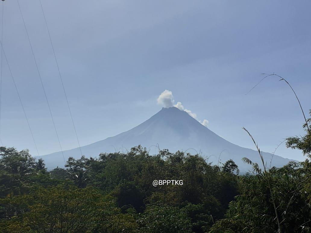 https: img-z.okeinfo.net content 2019 06 20 512 2068613 gunung-merapi-kembali-semburkan-awan-panas-jarak-luncur-1-200-meter-Pkc7b3HJGe.jpg