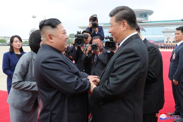 https: img-z.okeinfo.net content 2019 06 22 18 2069686 tak-peduli-situasi-dunia-presiden-china-xi-jinping-dan-kim-jong-un-sepakat-bangun-hubungan-baik-gkCx4zKoQG.jpg