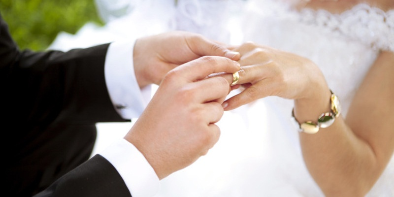 saat itu ia memutuskan untuk menikah dengan karyawan minimarket yang kala itu menjadi kekasihnya.
