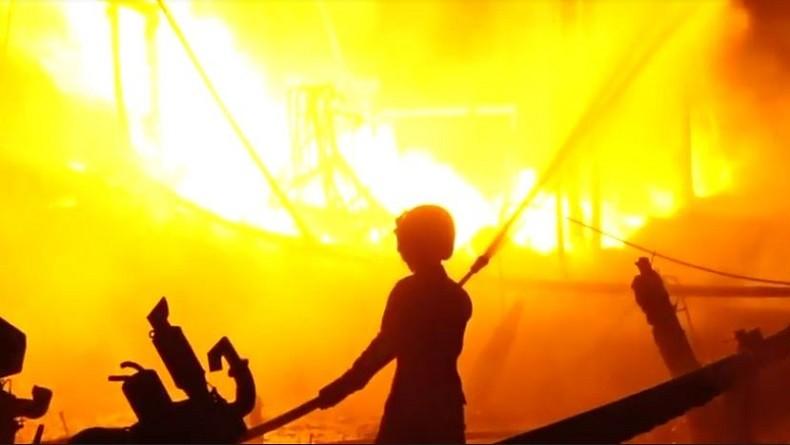 https: img-z.okeinfo.net content 2019 06 22 525 2069586 diduga-korsleting-listrik-18-kapal-perahu-nelayan-di-indramayu-terbakar-ieSwfS8C6H.JPG