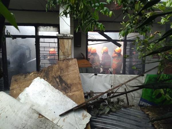 https: img-z.okeinfo.net content 2019 06 24 525 2070130 rumah-di-bandung-terbakar-2-perempuan-lansia-meninggal-terjebak-di-kamar-mandi-vt9k33i8hF.jpg