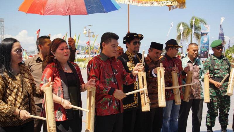 https: img-z.okeinfo.net content 2019 06 25 1 2070518 pemukulan-dolo-dolo-tandai-pembukaan-festival-teluk-jailolo-2019-LzMbjz6iTj.jpg