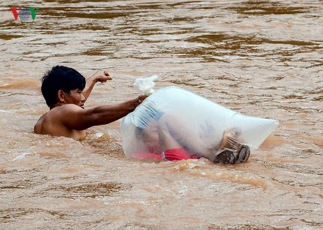 https: img-z.okeinfo.net content 2019 06 25 18 2070683 pria-di-vietnam-viral-karena-antar-anak-sekolah-menyeberang-sungai-dengan-kantung-plastik-RsUKafG9Zs.jpg
