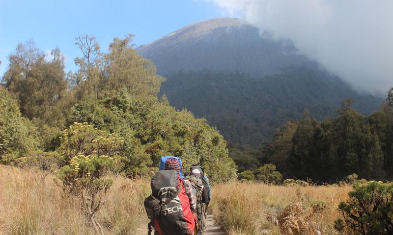 https: img-z.okeinfo.net content 2019 06 26 519 2071119 gunung-semeru-erupsi-semburkan-kolom-abu-setinggi-4-276-meter-TGdIh9UKen.jpg