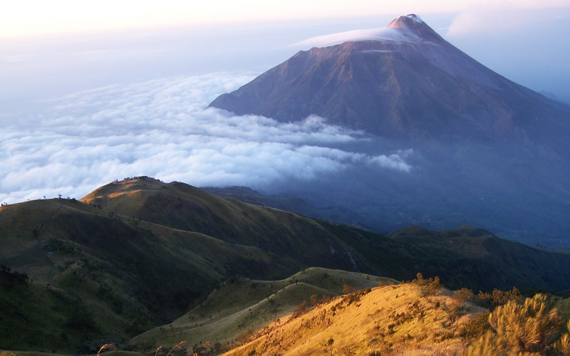 https: img-z.okeinfo.net content 2019 06 26 519 2071200 cuaca-ekstrem-puncak-gunung-lawu-bersuhu-minus-4-derajat-MqYw1DNq4R.jpg